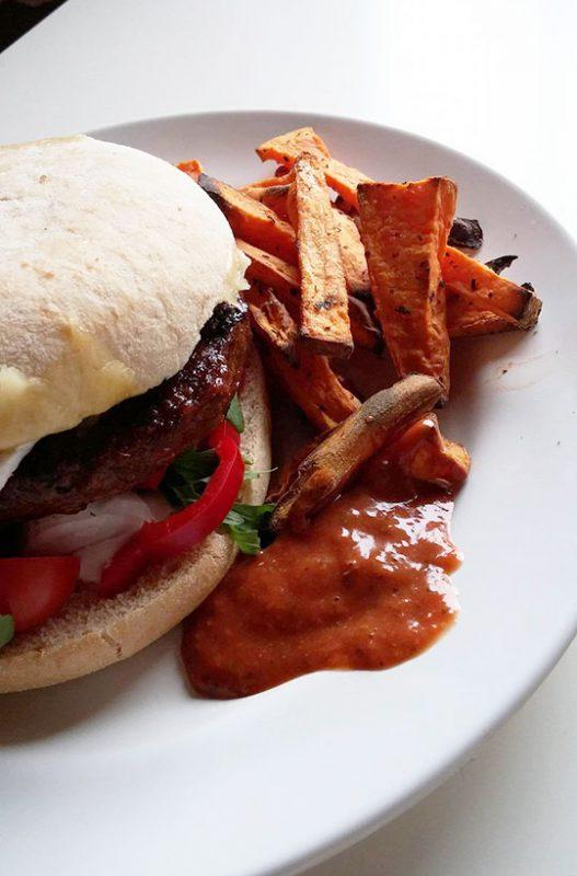 burger-med-bbq-vri-paa-fat