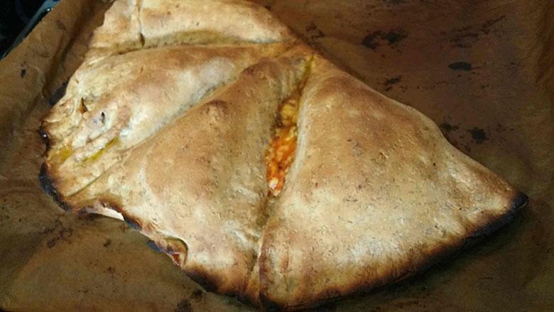 Burger-i-innbakt-pizza-ferdigstekt