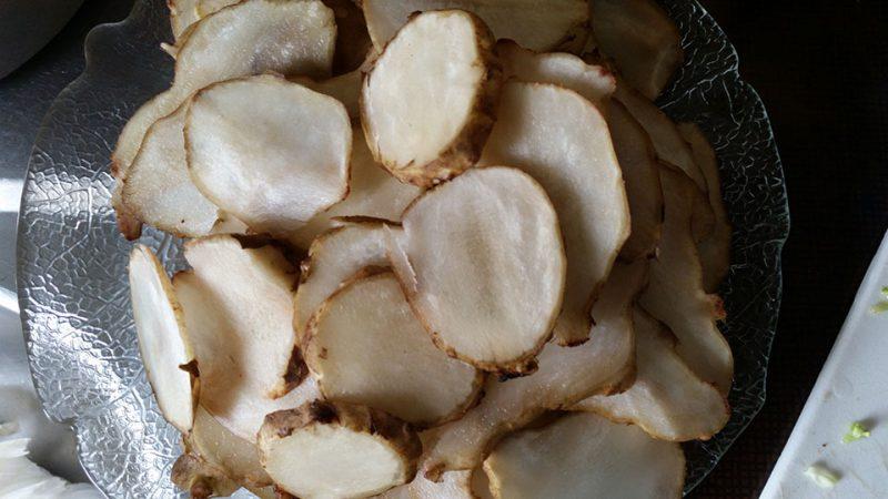 Finnbiff-med-fritert-jordskokk-ovnsbakte-gronnsaker-og-rorosromme-jordskokk-i-skiver