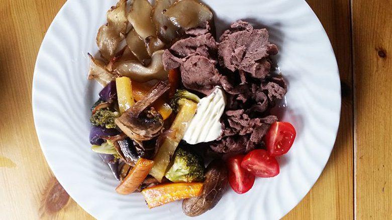Finnbiff-med-fritert-jordskokk-ovnsbakte-gronnsaker-og-rorosromme-servert