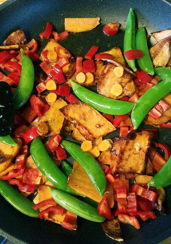 Finnbiff-med-sotpotet-fersk-gurkemeie-og-fersk-koreander-gronnsaker