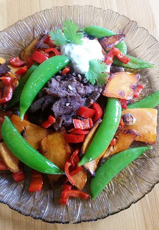 Finnbiff-med-sotpotet-fersk-gurkemeie-og-fersk-koreander