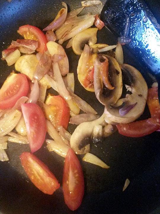 Grovpolse-med-kesamdipp-og-ferske-gronnsaker-i-panne